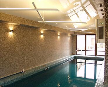 Натяжні стелі в басейні